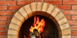 Как безопасно и эффективно растопить дровяную печь в доме?