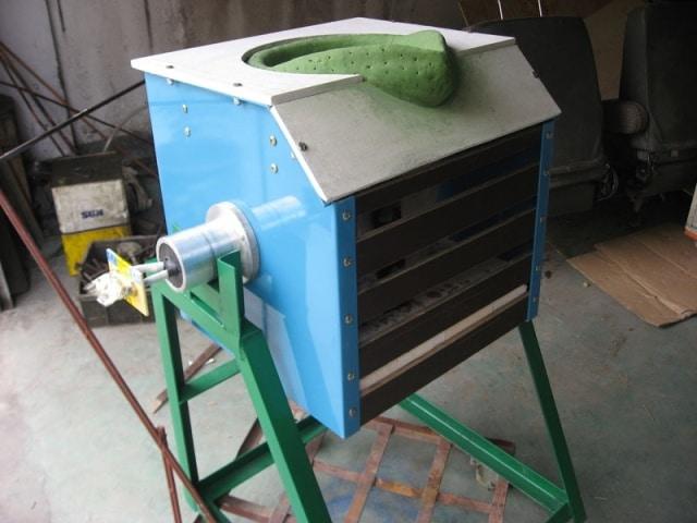 Компактная индукционная печь для плавки металла