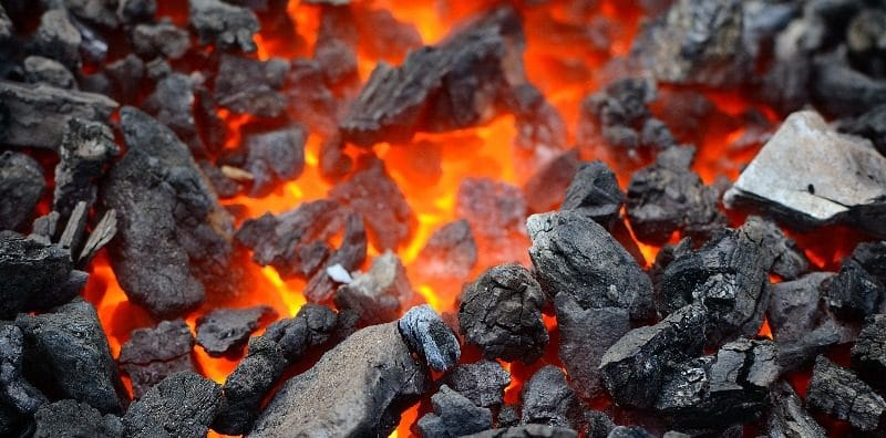 Топка камина углем