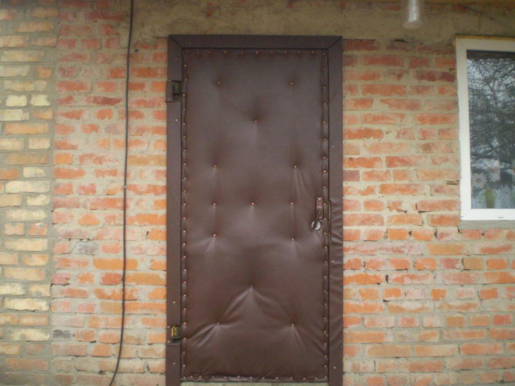 Как утеплить входную дверь в частном доме?
