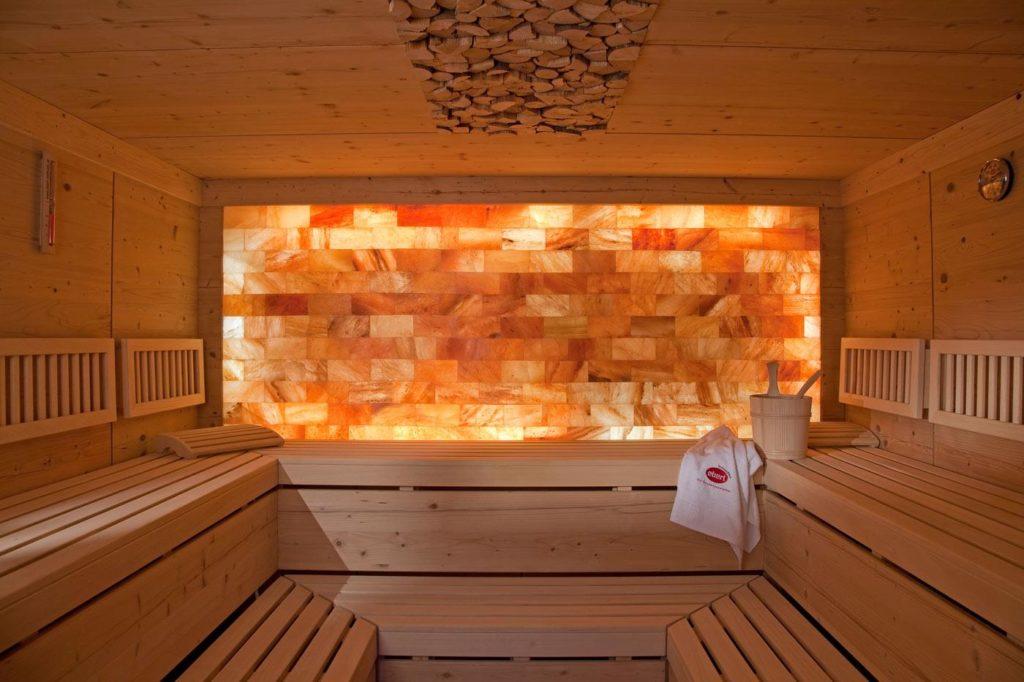 Что будет, если выложить стену в бане солью?