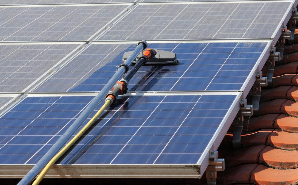 Зачем и когда мыть солнечные батареи?