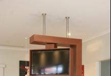 Телевизор и островной камин в интерьере гостиной