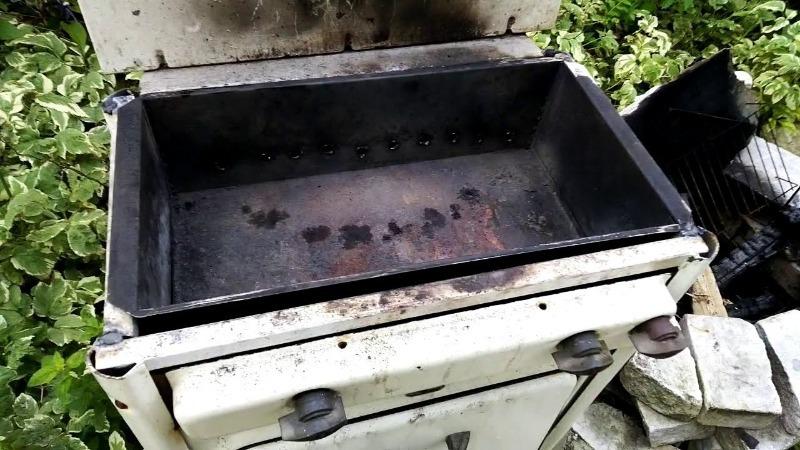 Хорошо, что не выбросил старую советскую плиту: из нее получился удобный мангал