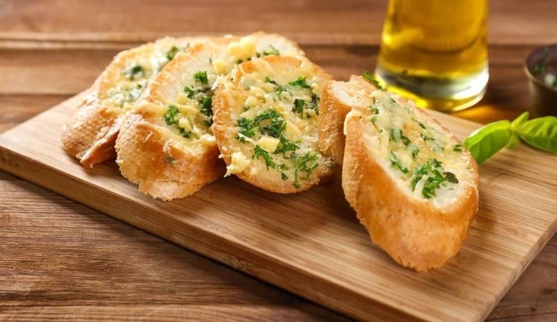Просто, но очень вкусно: 3 блюда из хлеба на гриле