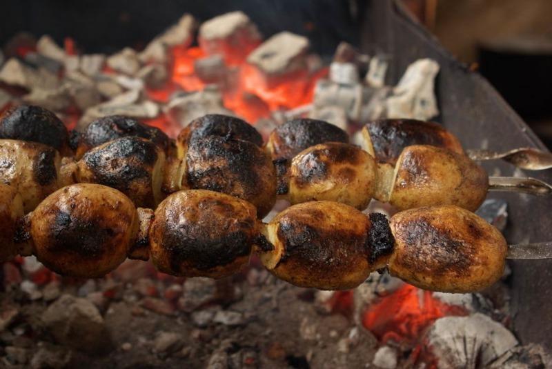 Готовлю сразу много: рецепт картофеля на углях, от запаха которого кружится голова
