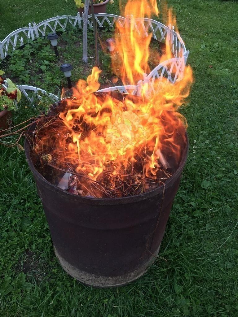 Быстро сжечь сырую траву и мокрые ветки без едкого дыма поможет всего один кирпич