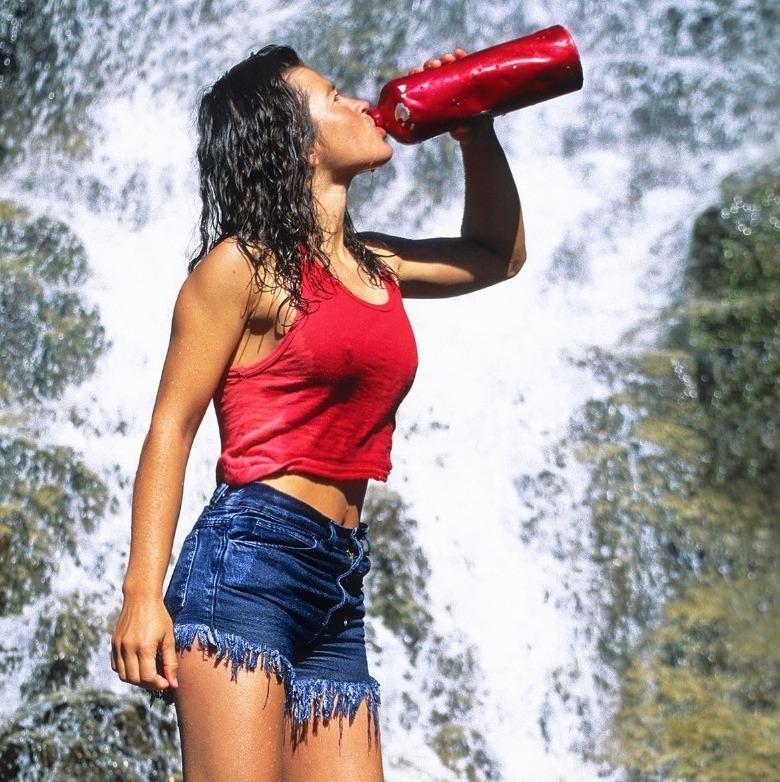 Сколько надо пить воды в жаркую погоду: инструкция для расчета своей нормы