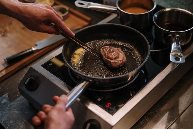 Какой лопаткой или щипцами лучше всего переворачивать мясо на сковороде и гриле