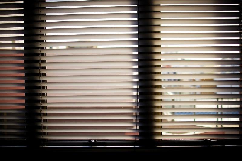 6 способов затемнить окна, в которые летом постоянно светит палящее солнце