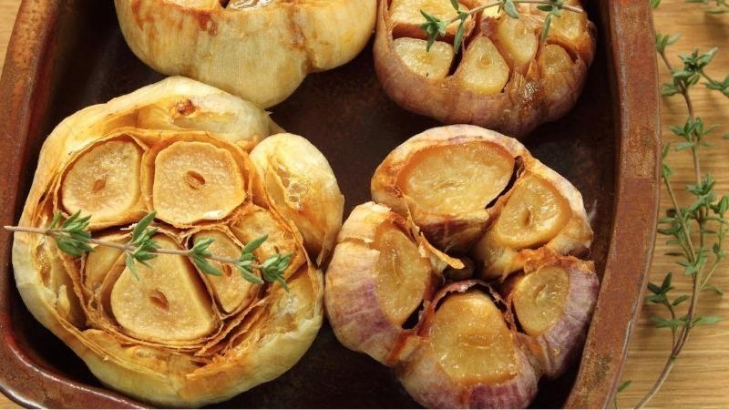 Обычный чеснок, а вышла божественная закуска на мангале: делюсь рецептом