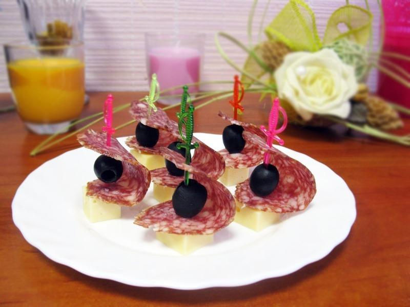 7 рецептов закуски на шпажках для пикника без грязной посуды