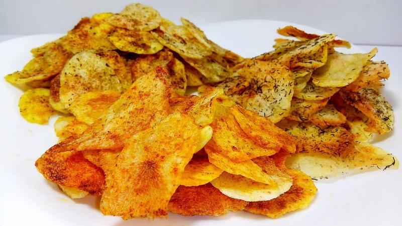 Хрустят не по-детски: 7 рецептов чипсов, приготовленных на костре или в духовке