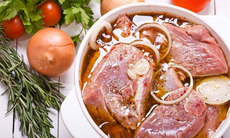 Рассол не выливаю, а берегу для шашлыка: простые маринады, которые сохраняют сочность мяса