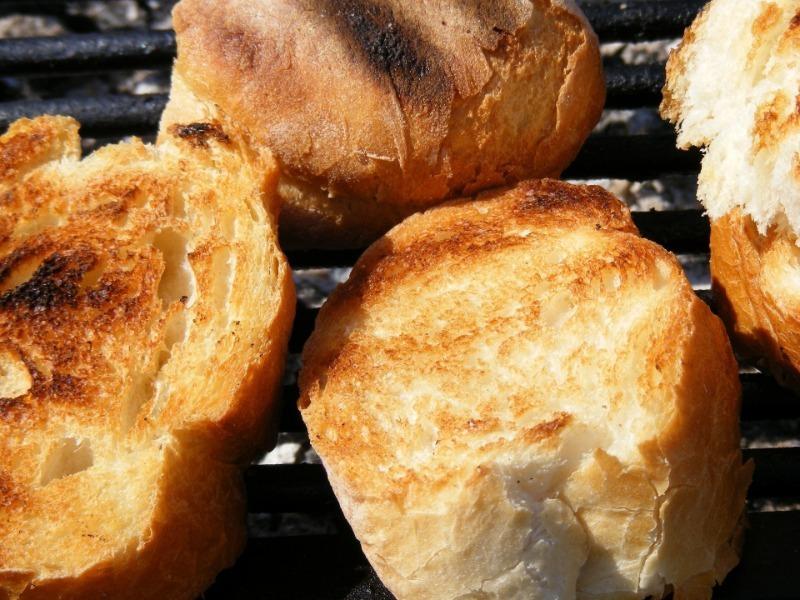 4 продукта и ветки березы: как вкусно пожарить хлеб на даче, рыбалке и охоте