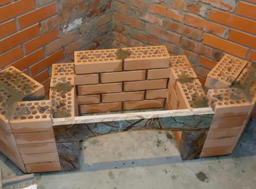 Строим угловой камин из кирпича своими руками