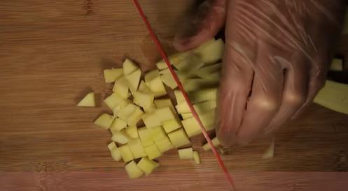 нарезаем кабачок кубиками