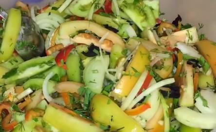 салат в миске готовый