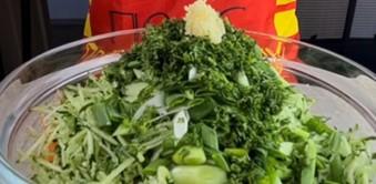 чеснок на салате