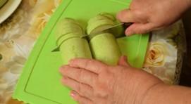 режем кабачки на доске